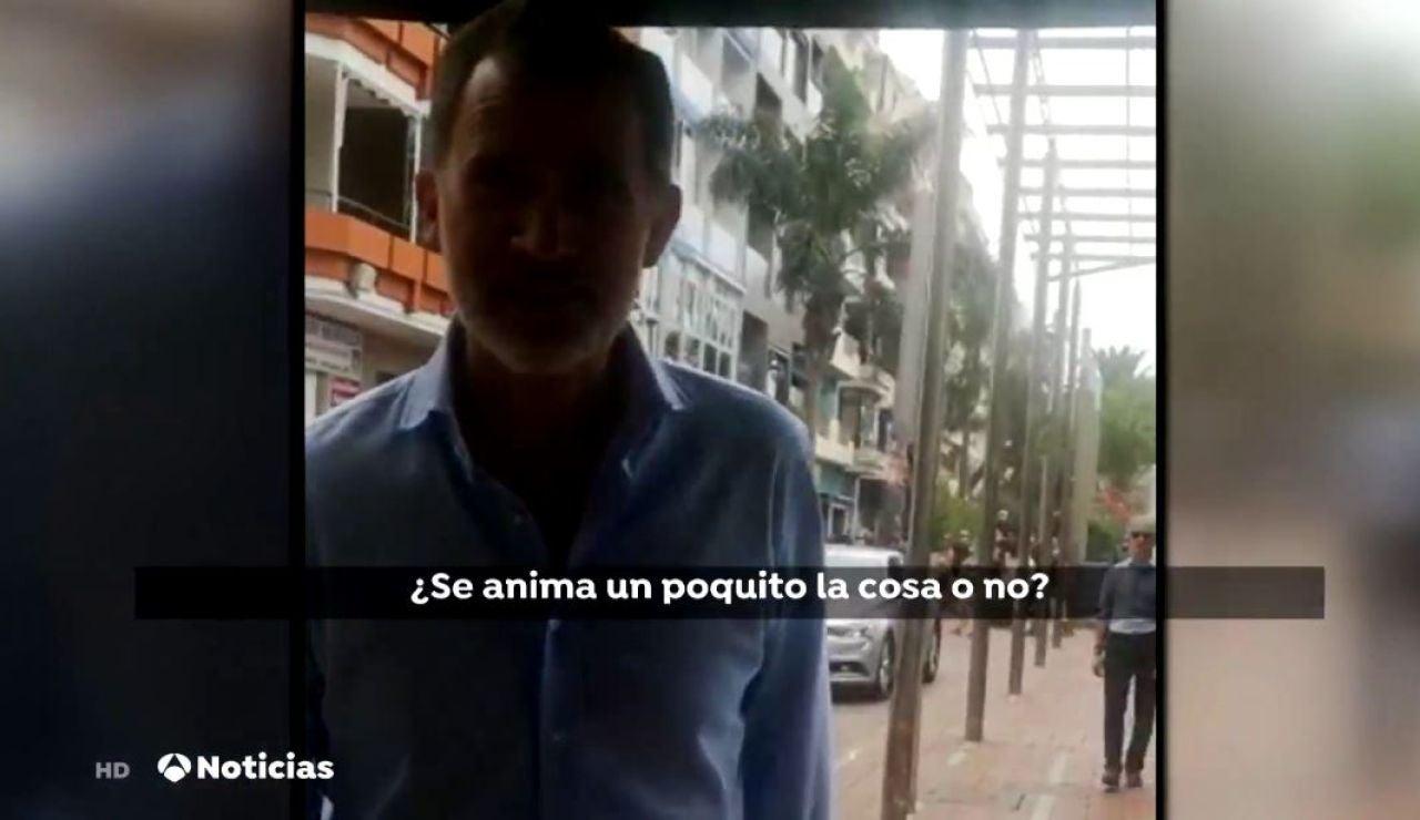 El Rey charla con una dependienta en Canarias