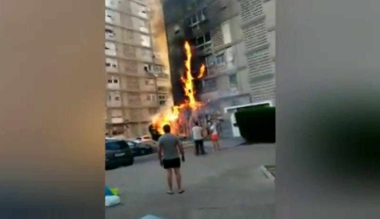 Grave incendio en Jerez tras quemarse un seto y extenderse por un edificio de viviendas