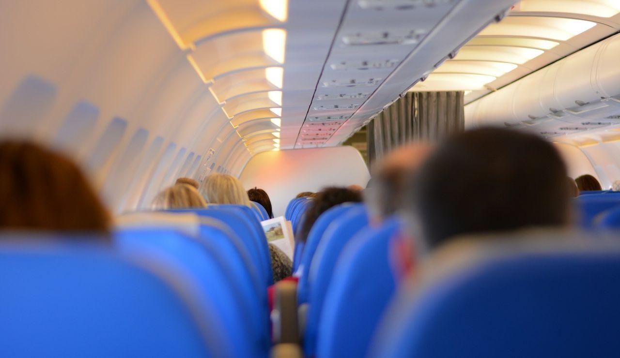 Pasajeros en el interior de un avión