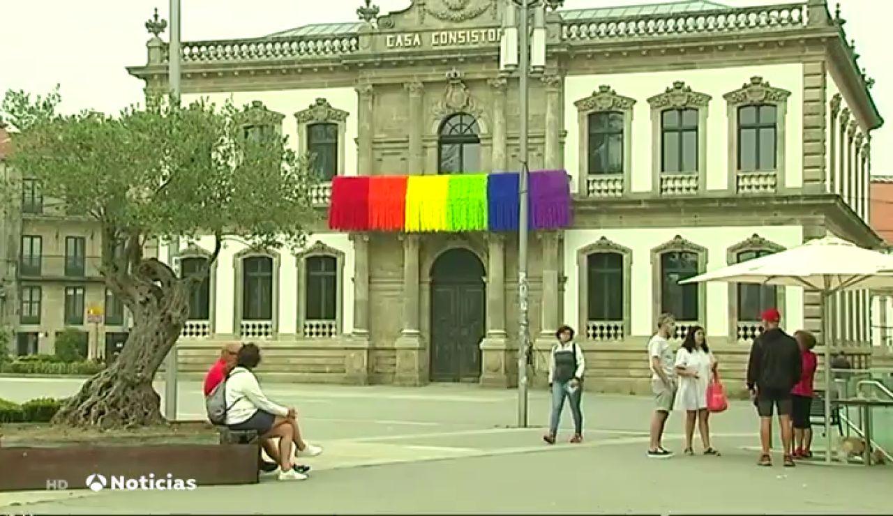 """Pontevedra rechaza la """"plumofobia"""" con una bandera arcoíris que cuelga del balcón del Concello"""