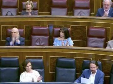 La bancada del Gobierno aplaude la defensa de Sánchez a Felipe González, excepto Pablo Iglesias
