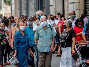 Un grupo de personas esperan en la fila para ingresar a un centro comercial en la ciudad de Sao Paulo (Brasil).