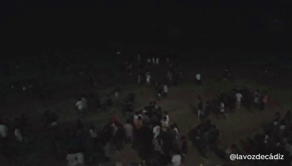 Desalojan una playa de Cádiz por un macrobotellón en la noche de San Juan