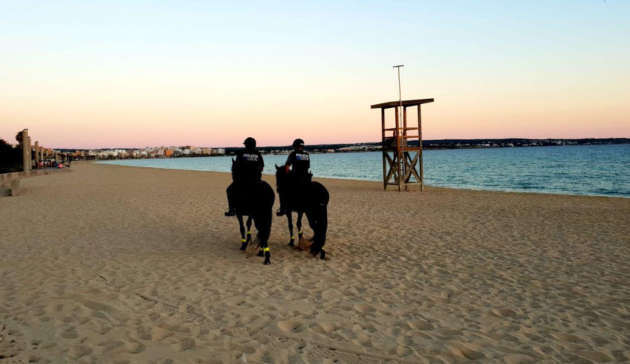 Agentes de la Policía Local de Palma vigilando la playa de Palma durante la noche de San Juan.
