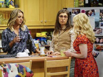 Kaley Cuoco, Mayim Bialik y Melissa Rauch como Penny, Amy y Bernadette en 'The Big Bang Theory'