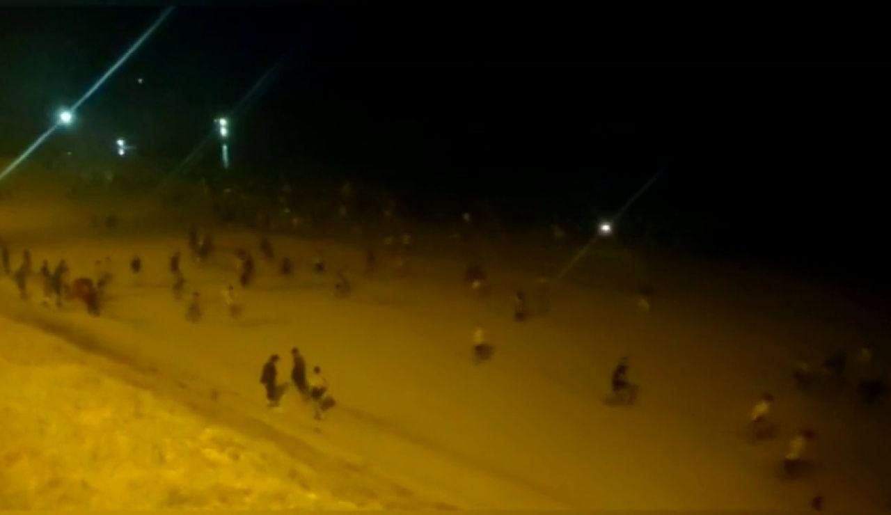 REEMPLAZO: Gritos y carreras en el desalojo de una playa de Cádiz por un macrobotellón en la noche de San Juan