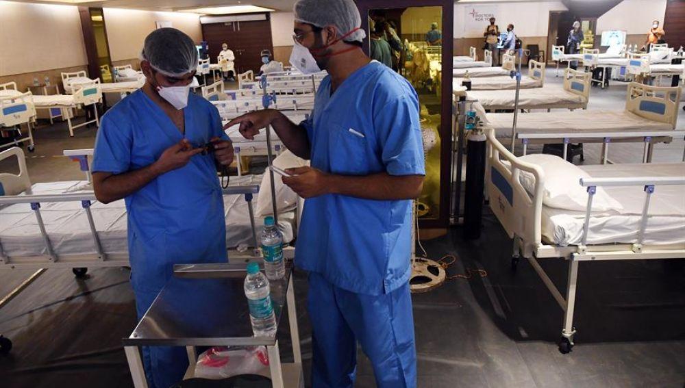 Imagen de dos médicos en un pabellón de un hospital de Nueva Delhi, India