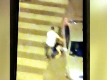El hombre golpeando a su pareja