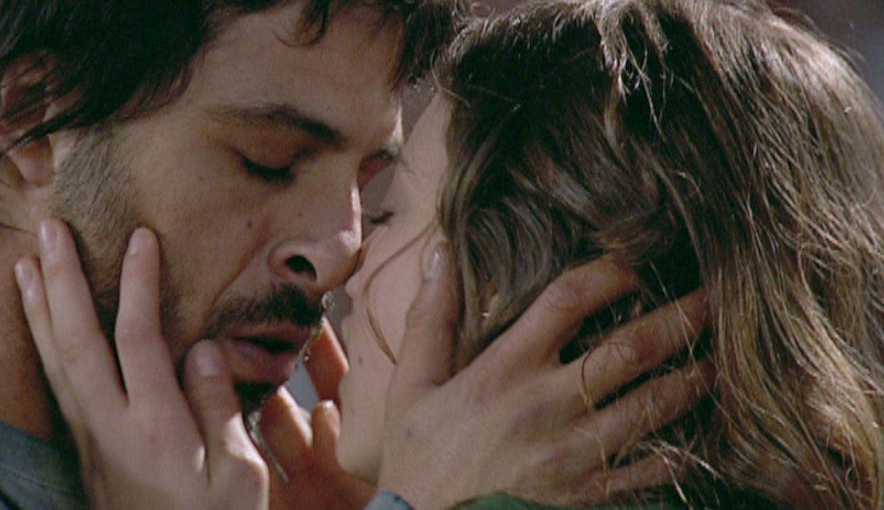El primer beso de Lucas y Sara