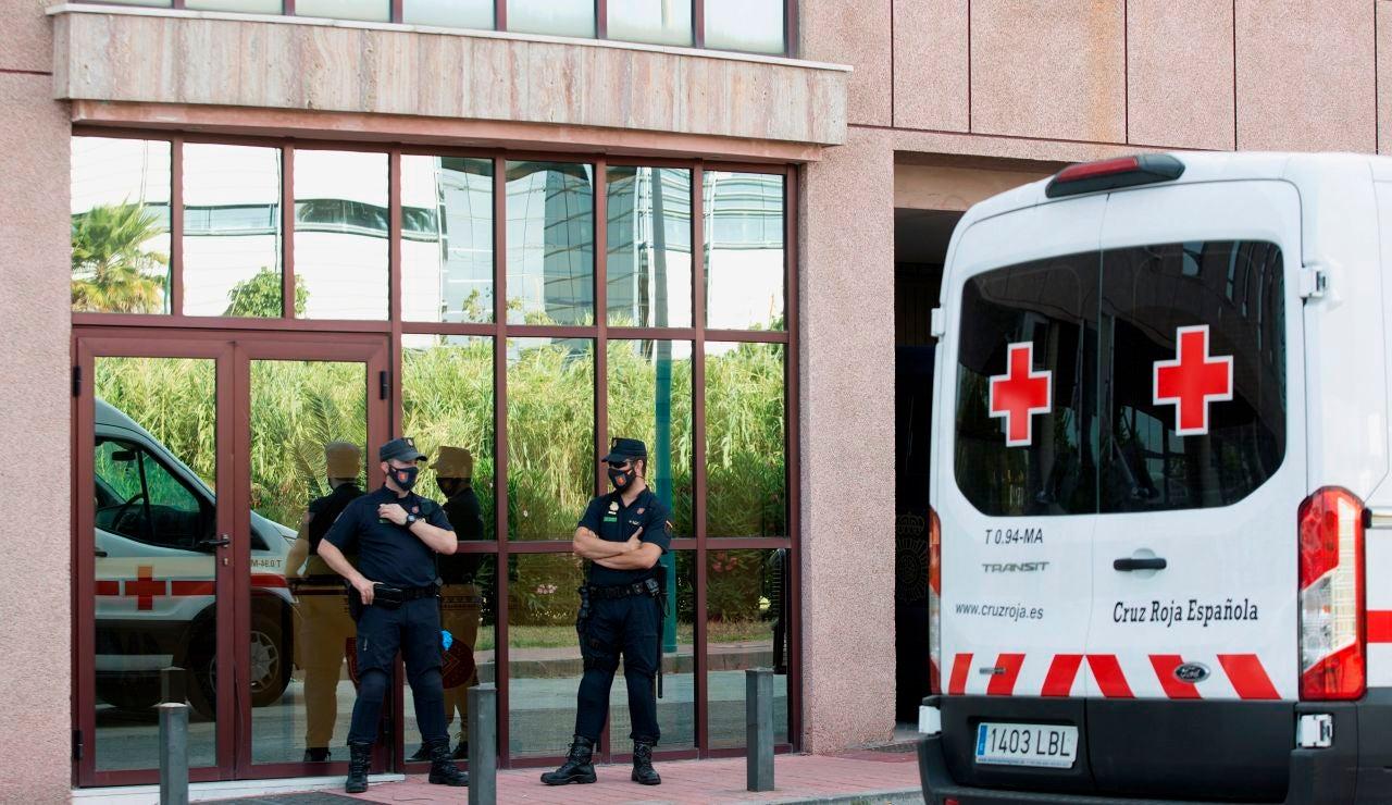 Miembros de la Policía Nacional controlan los accesos del Centro de Acogida