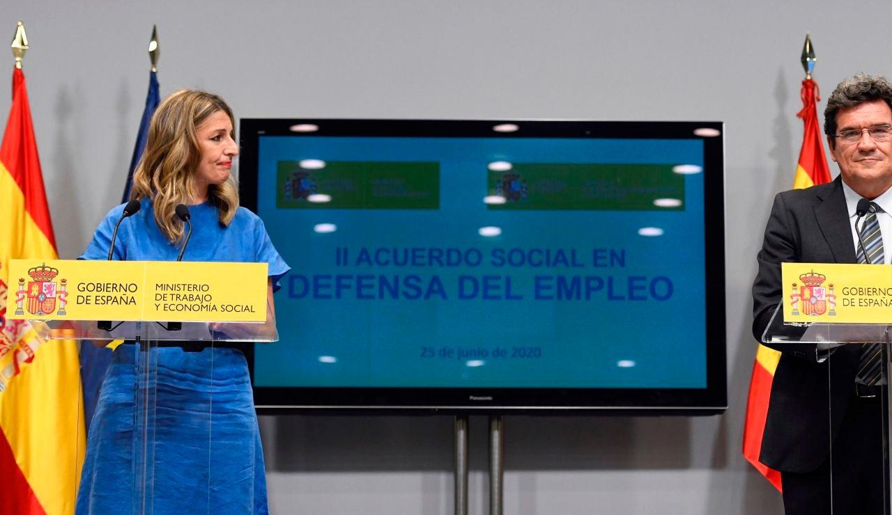 La ministra de Trabajo, Yolanda Díaz, y el ministro de Inclusión, Seguridad Social y Migraciones, José Luis Escrivá