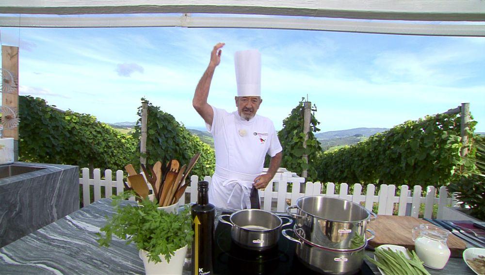 Karlos Arguiñano desvela el curioso motivo por el que se pone gorro alto de cocina
