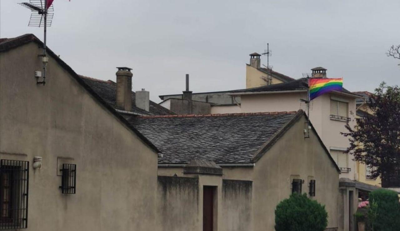 Las propiedades de Ortega Smith, con las banderas LGTBI y republicana