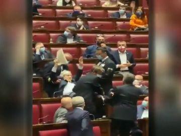 Sacan del hemiciclo en volandas a un diputado italiano por insultar a una parlamentaria