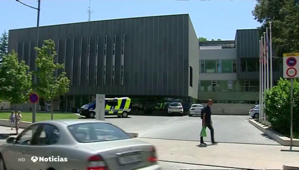 Confinados ocho policías de Lleida porque les escupió un joven, positivo en coronavirus, mientras le detenían