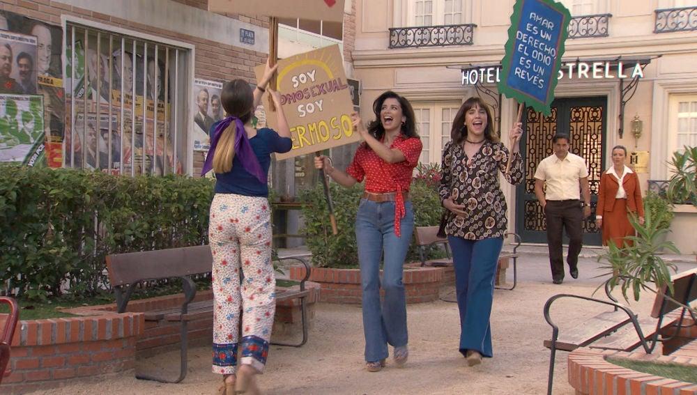 Luisita y Amelia alzan sus pancartas en la manifestación