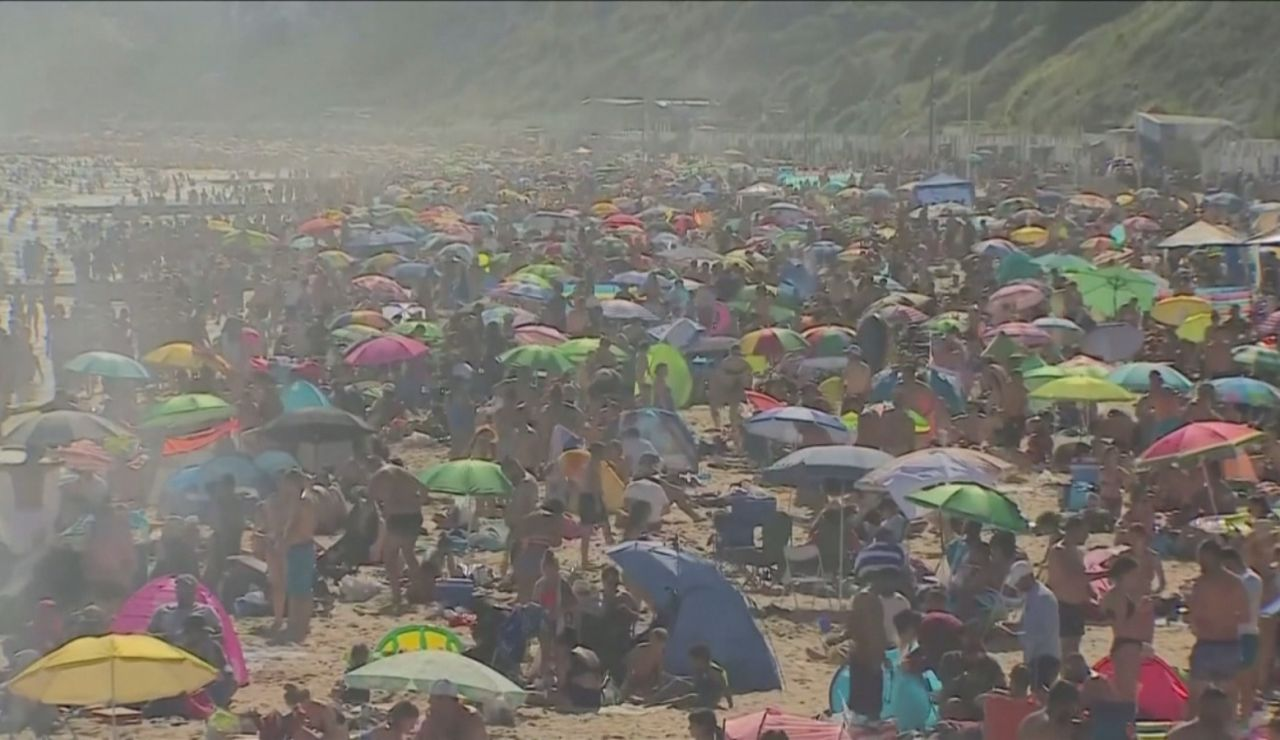Playas abarrotadas en Gran Bretaña a pesar del coronavirus