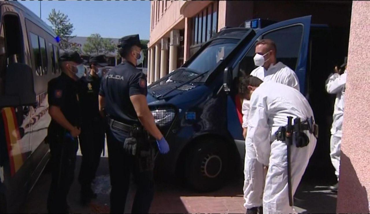 Así se pone los EPI la Policía Nacional para entrar al centro de acogida de la Cruz Roja en Málaga, donde hay un rebrote de coronavirus