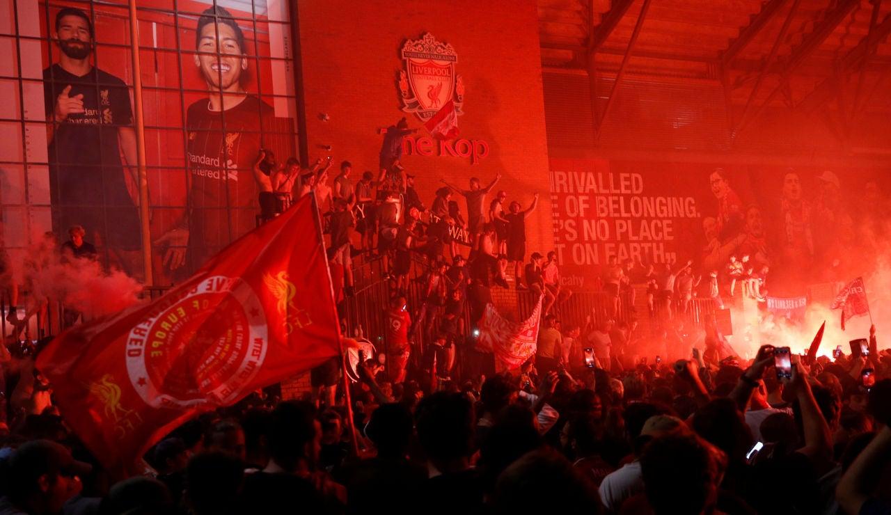 Masiva celebración en los exteriores de Anfield