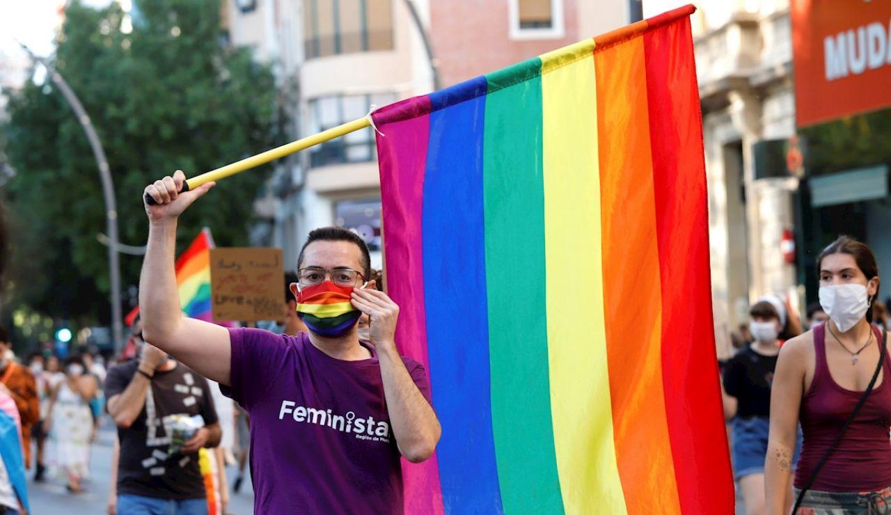 Bandera LGTBI en una manifestación en Murcia