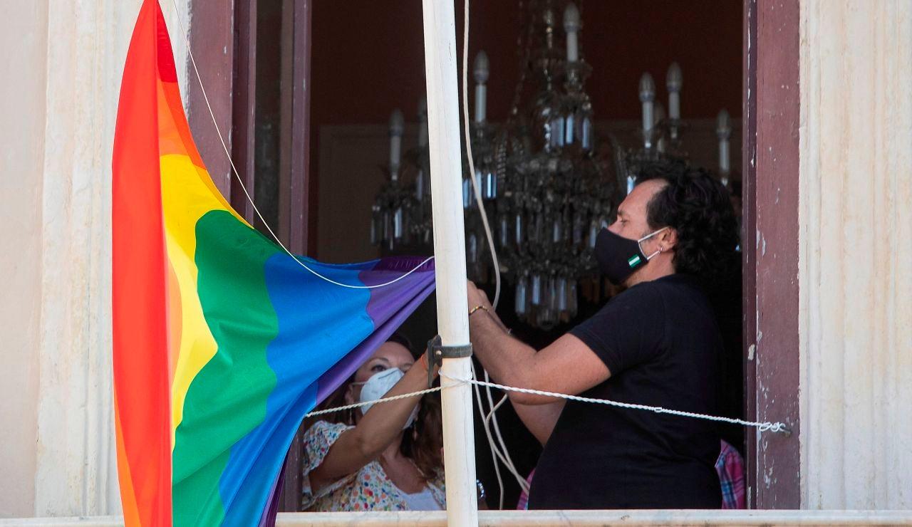Arriado de la bandera LGTBIQ+ del cuarto mástil del Ayuntamiento de Cádiz