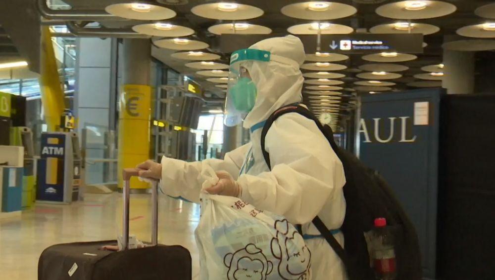 Pasajeros chinos llegan con EPI a Barajas