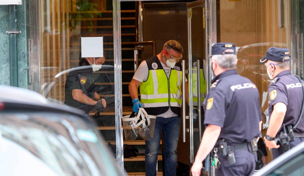 Agentes de la Policía Nacional en el edificio de Santander