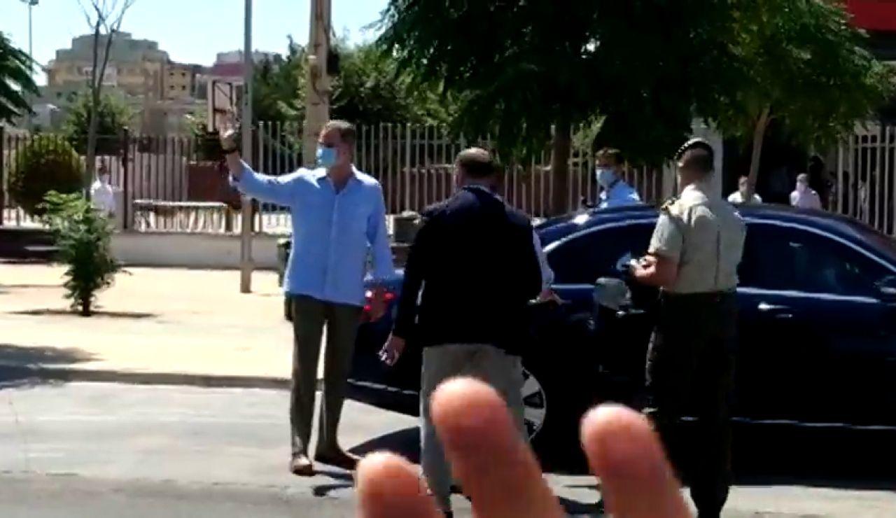 El gesto de aprobación del rey Felipe VI cuando le regalan una bufanda del Real Betis en Sevilla