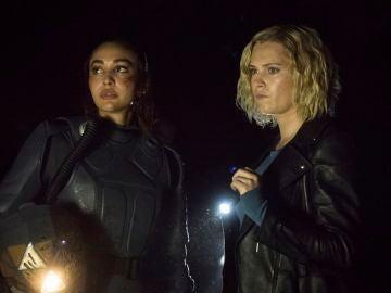 Raven y Clarke en 'The 100'