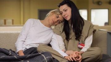 Taylor Schilling y Laura Prepon como Piper y Alex en 'Orange is the New Black'