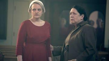 Elisabeth Moss y Ann Dowd como June y tía Lydia en 'El cuento de la criada'
