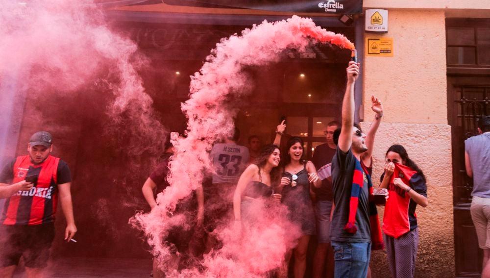 Un aficionado del Baskonia celebra el título de la ACB en una calle de Vitoria
