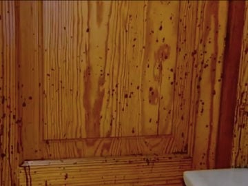 La puerta donde se produjo el ataque con sosa cáustica