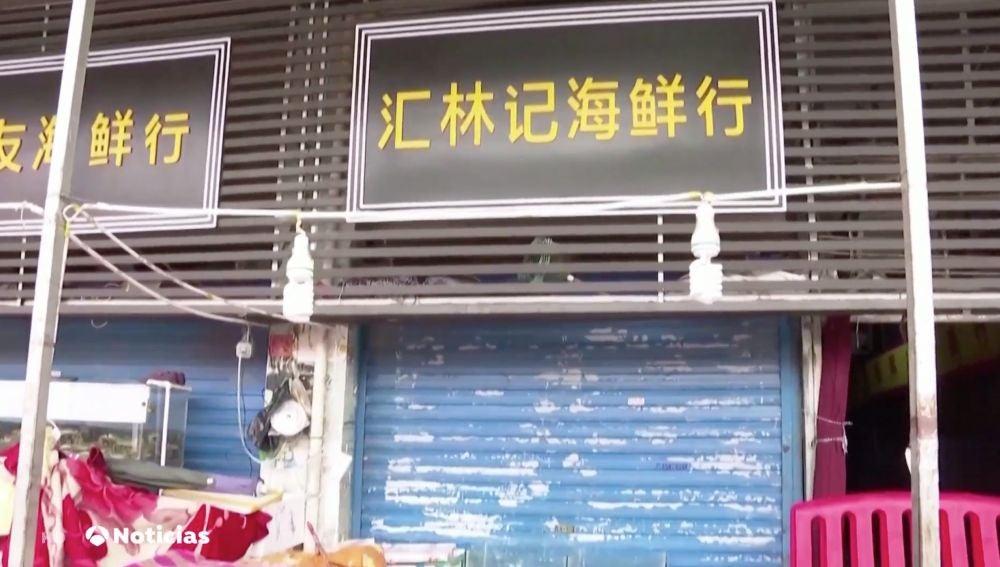 Los expertos de la OMS visitan el mercado de Huanan donde se registraron los primeros casos de coronavirus
