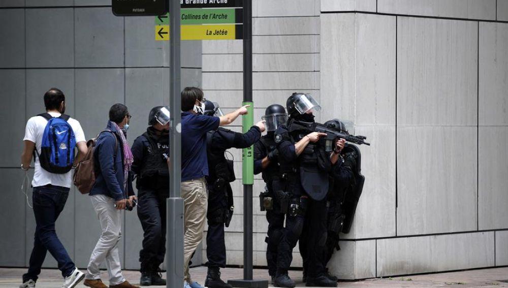 Operación policial en centro comercial de París