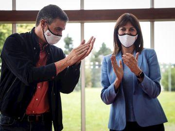 Pedro Sánchez con Idoia Mendía en un acto de campaña