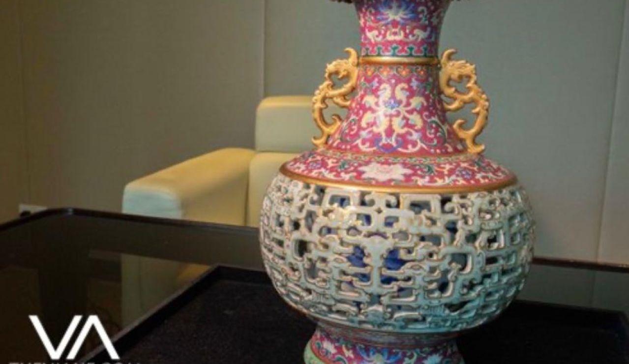 Encuentra un jarrón chino en un armario