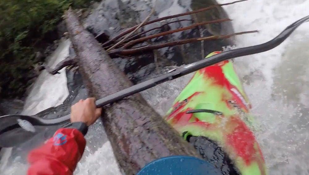 Raphael Urscheler vive la peor pesadilla de un kayakista en el río Ubaye de Francia