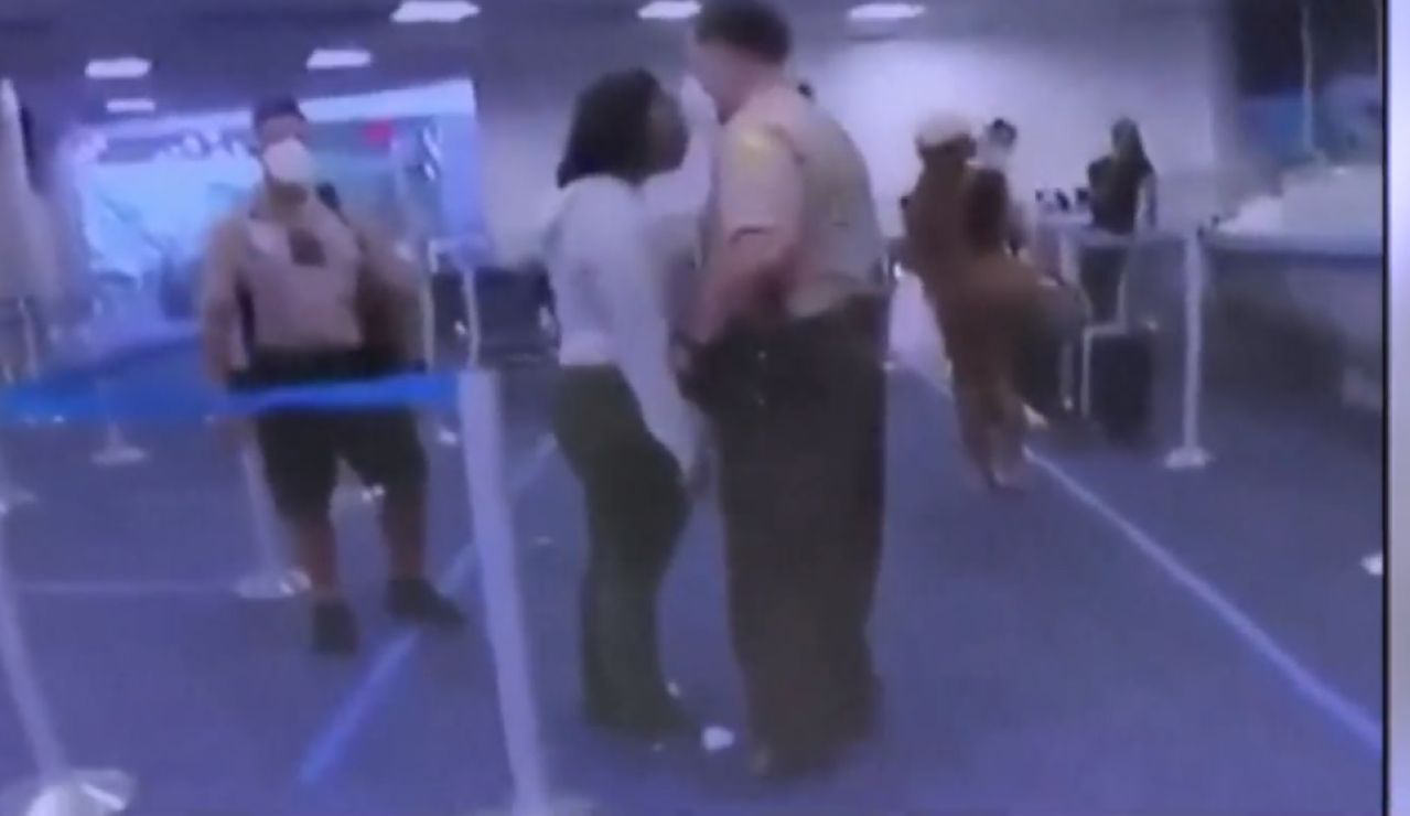 Brutal tortazo de un policía a una afroamericana en Miami