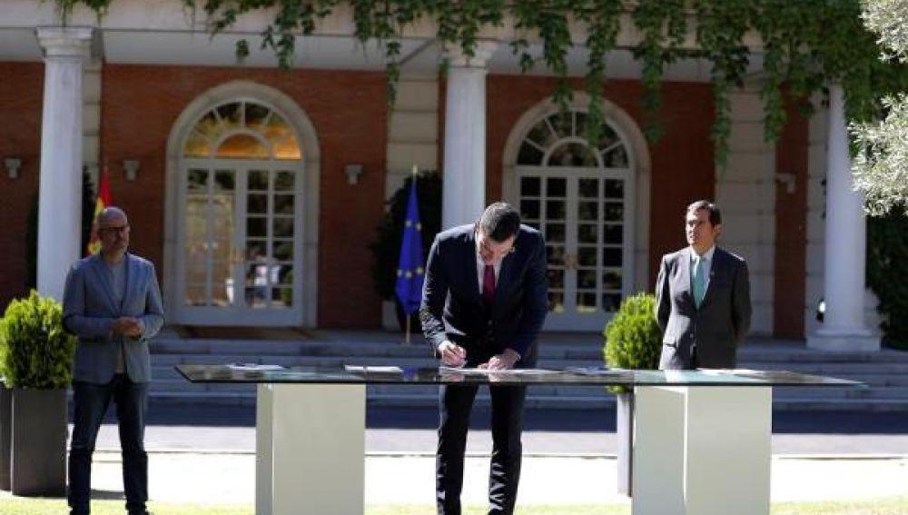 Gobierno y agentes sociales firman el pacto para reactivar la economía