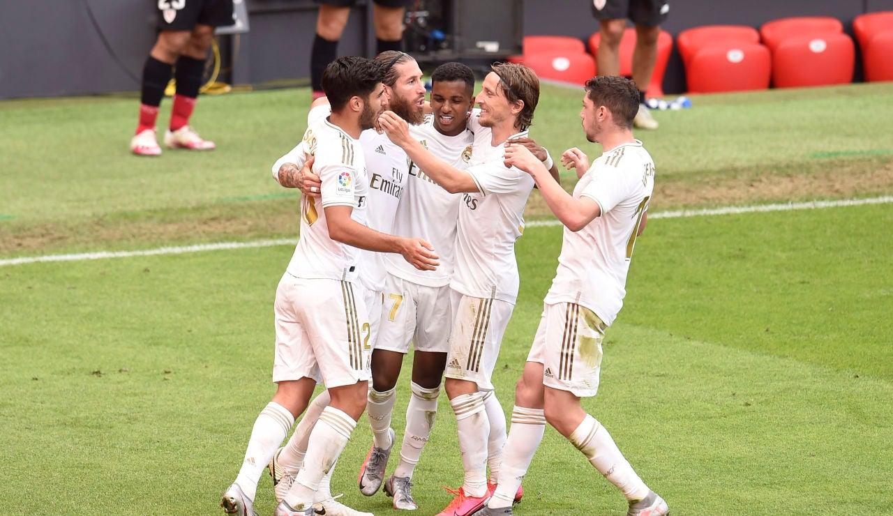 Los jugadores del Real Madrid celebran el gol de Sergio Ramos