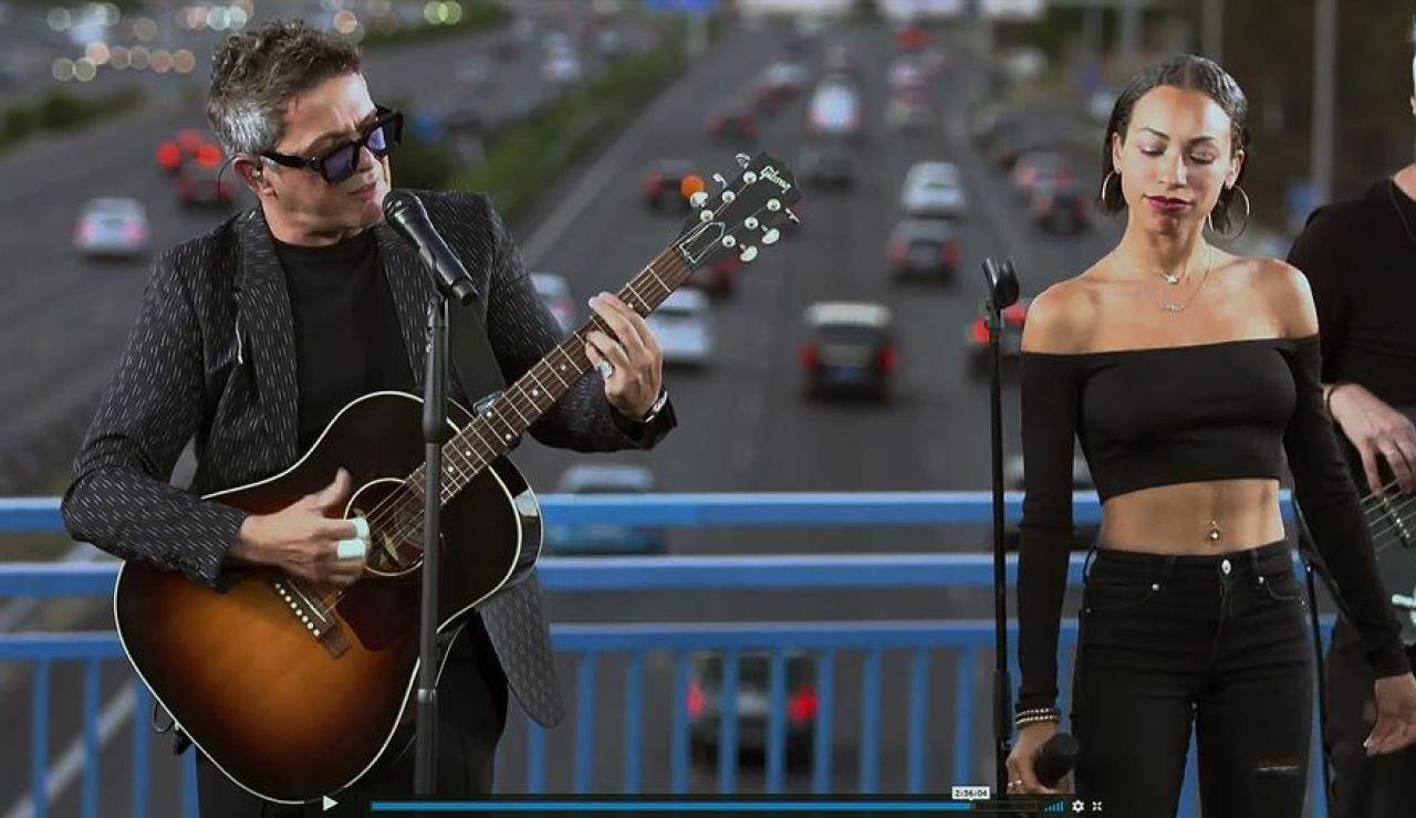 Alejandro Sanz da un concierto en un puente de la M-30, en Madrid