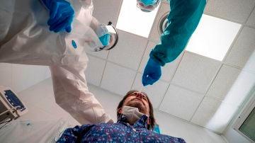 Dos médicos realizan una prueba de coronavirus a un paciente