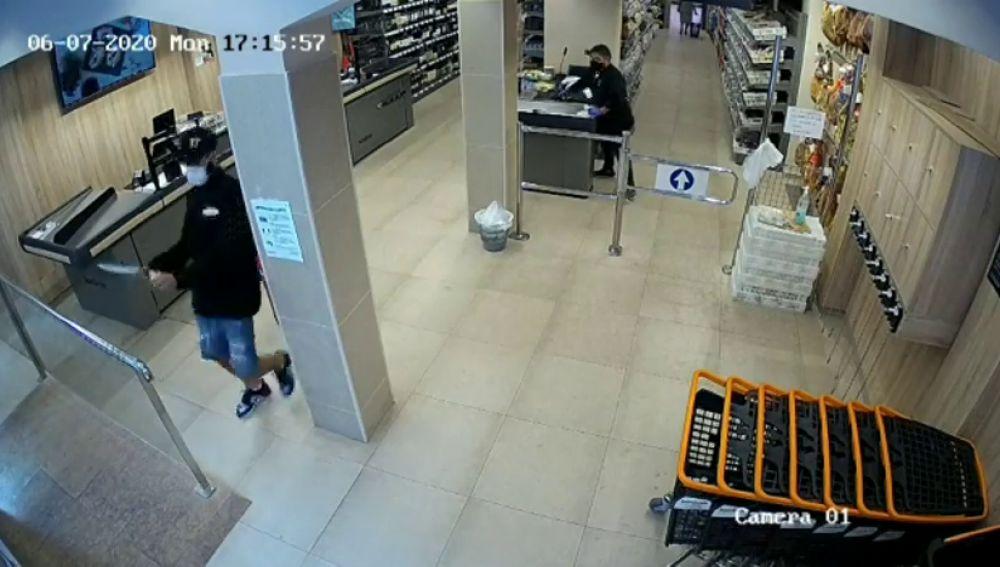Mascarilla, guantes y un cuchillo de grandes dimensiones, el equipo de trabajo de dos ladrones para robar en un supermercado