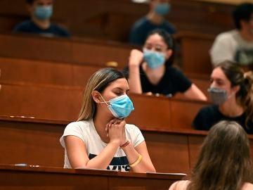 Una estudiante se concentra antes del comienzo de los exámenes