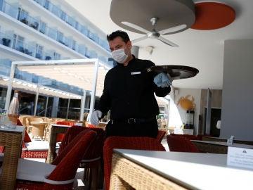 Un camarero trabajando