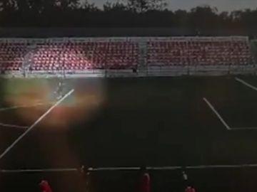 El vídeo del terrible momento en que un rayo impacta en un portero de 16 años en Rusia