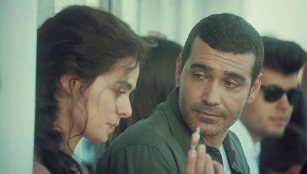 Un caramelo y una canción en un barco, el inicio de la historia de amor entre Bahar y Sarp