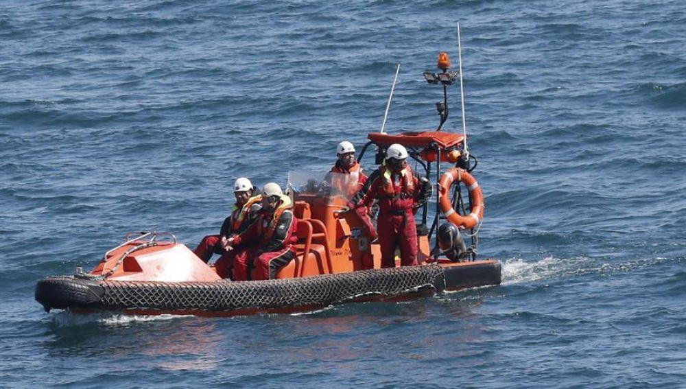 Hallan el kayak y un chaleco de los dos jóvenes desaparecidos en Porto do Son (Galicia)