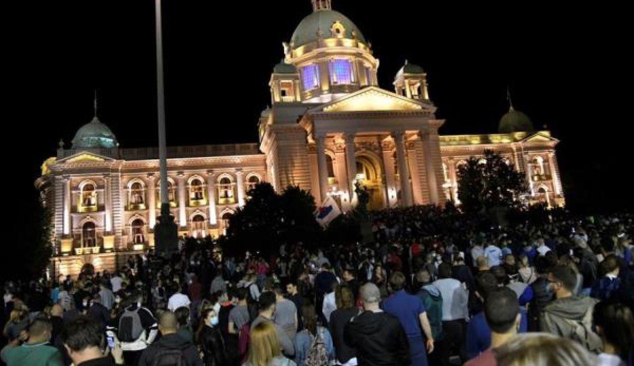Protestas frente al Parlamento de Belgrado